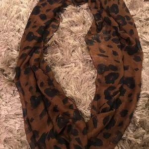 Cheetah SCARF. One size. Dark/brown/black circle